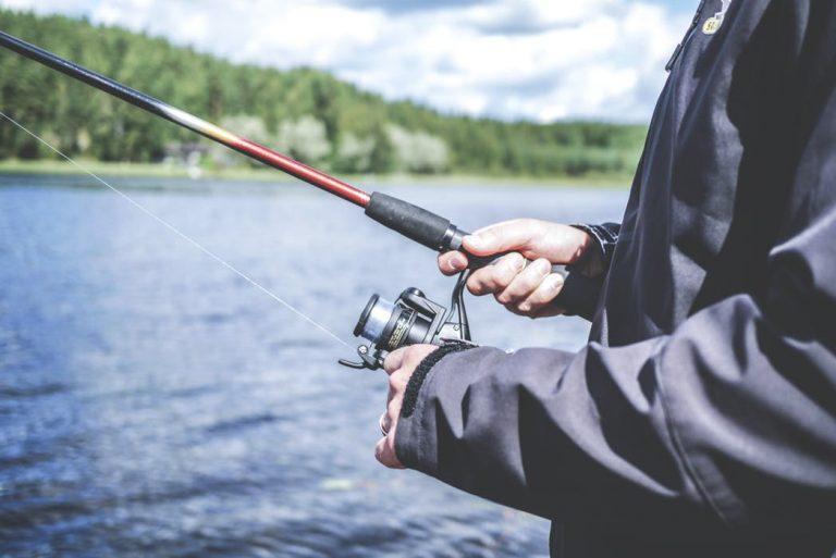Man som fiskar med kastspö